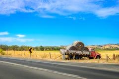 有干草的老被放弃的卡车 免版税图库摄影