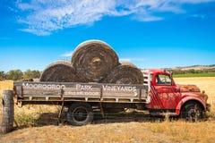 有干草的老被放弃的卡车 库存照片