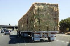 有干草货物的半卡车 免版税图库摄影