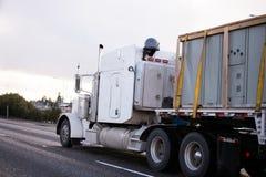 有平床拖车的经典美国大半船具卡车 免版税图库摄影
