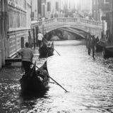有平底船的船夫的两艘长平底船在威尼斯,意大利 库存照片