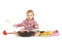 有平底锅的可爱的小厨师 库存照片