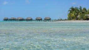 有平房的热带海岛在水 库存图片