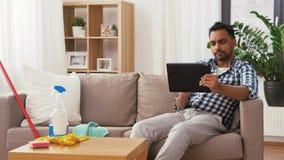 有平板电脑的印度人在家庭清洁以后 股票录像