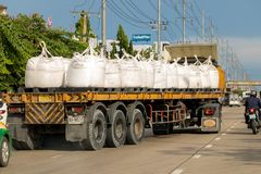有平板车的一辆卡车运载大袋子 库存照片