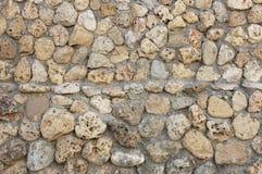 有平的石头的石墙在中部,纹理 免版税图库摄影