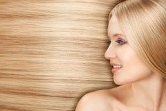 有平直的长的头发的白肤金发的Hair.Beautiful妇女 免版税库存照片