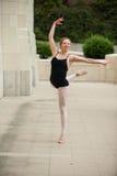 有平衡和世故的芭蕾女孩 免版税库存图片