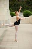 有平衡和世故的芭蕾女孩 库存照片