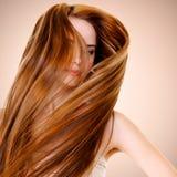 有平直的长的头发的妇女 免版税库存图片