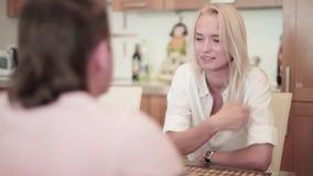 有年轻人和的妇女夫妇坐在桌上和好温暖谈话 股票录像