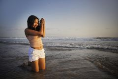 有年轻愉快和激动的亚裔的妇女乐趣享用嬉戏和释放在日落海滩在旅游业假期 免版税库存图片