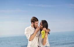 有年轻愉快的夫妇在海滨的日期 免版税库存图片