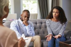 有年轻的夫妇婚姻建议 库存图片