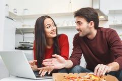 有年轻的夫妇浪漫在家平衡浏览互联网 免版税库存图片