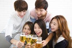 有年轻的小组乐趣在家党 免版税库存图片