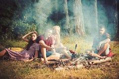 有年轻的朋友烤肉聚会,户外 与木炭的可口烤肉格栅 香肠本质上 库存照片
