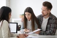 有年轻的配偶关于房子购买的争执与地产商 免版税库存图片
