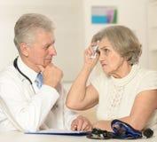 有年长患者的资深医生 库存图片