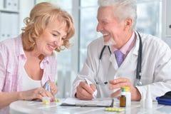 有年长患者的资深医生 免版税库存图片