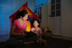 有幸福可爱的孩子的从容不迫的年轻妈妈 图库摄影