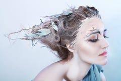 有幻想头发的美丽的妇女 免版税库存照片