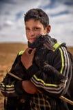 有幼小山羊的游牧人男孩,游牧人谷,阿特拉斯山脉,摩洛哥 免版税库存照片
