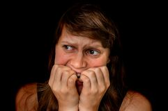 有幽闭恐怖的妇女是单独的在黑暗的地方 免版税图库摄影