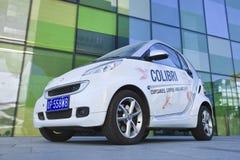有广告的反对一个绿色大厦,北京,中国巧妙的汽车 免版税库存图片