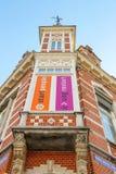 有广告的美丽的老房子在门面在登博斯 免版税库存照片