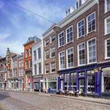 有庄严前豪宅的美丽如画的街道,多德雷赫特,荷兰 免版税库存图片