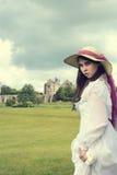 有庄园住宅的维多利亚女王时代的妇女 免版税库存图片