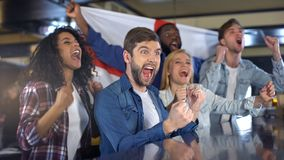 有庆祝国家队,德比的胜利旗子的英国足球支持者 图库摄影