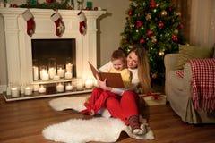 有庆祝Xmas的孩子的家庭 免版税图库摄影