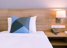 有床关闭的卧室 舒适的地方在房子里 免版税库存照片