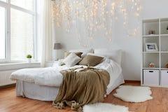 有床和圣诞节诗歌选的卧室在家 免版税库存照片