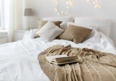 有床和圣诞节诗歌选的卧室在家 库存图片