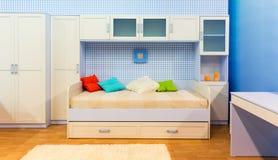 有床和碗柜的明亮的卧室 库存照片