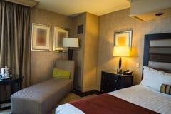 有床和长沙发的旅馆客房 免版税库存图片