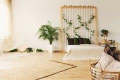 有床的单色卧室 免版税库存图片