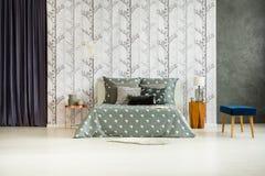 有床的宽敞的房间 图库摄影