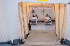 有床的野战医院帐篷 免版税图库摄影
