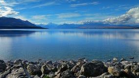 有库克山和山脉的普卡基湖在背景中,在坎特伯雷 库存照片