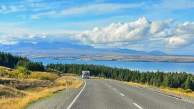 有库克山和山脉的普卡基湖在背景中,在坎特伯雷 库存图片