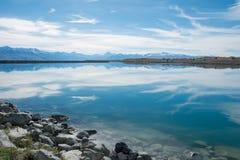 有库克山背景的,新西兰蓝色湖 免版税库存图片