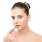 有应用唇膏的完善的干净的面孔的年轻深色的妇女 笤帚查出的白色 免版税库存图片