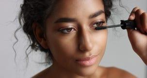 有应用染睫毛油的伟大的皮肤的可爱的少年中东女孩于她长的鞭子 库存照片