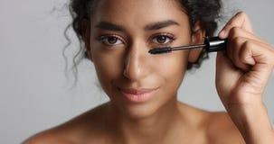 有应用染睫毛油的伟大的皮肤的可爱的少年中东女孩于她长的鞭子 图库摄影