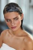 有应用的自然头发面具的年轻美丽的妇女 护发 免版税图库摄影