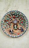 有应用的陶瓷板材以坐在石榴树和饮用的茶下的乌兹别克人人的形式与烤饼 免版税库存图片
